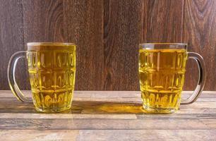 duas canecas de cerveja de vidro foto
