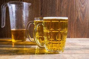jarra e canecas de cerveja foto