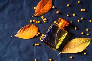 frasco de perfume dourado foto