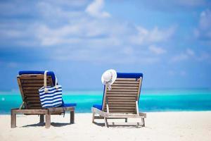 espreguiçadeiras na praia foto