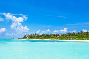 água azul clara em um resort foto