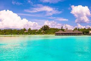 maldivas, sul da ásia, 2020 - resort em uma praia durante o dia foto