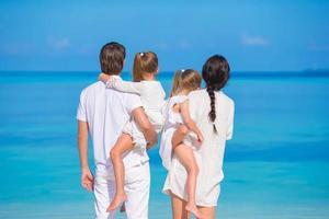 família olhando para a praia foto