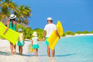 família em uma praia tropical foto