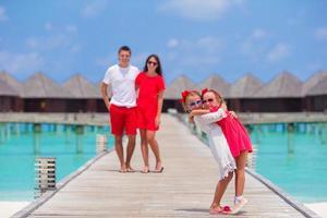 maldivas, sul da ásia, 2020 - pais e filhos posando para a câmera em um resort