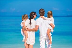 família olhando para o oceano foto