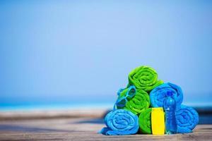 toalhas empilhadas e protetor solar