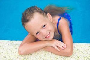 retrato de menina sorridente em uma piscina foto
