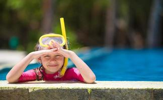 garota na piscina com equipamento de snorkel foto