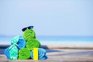 toalhas empilhadas e óculos de sol