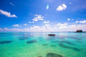 maldivas, sul da ásia, 2020 - barco nas águas azuis do oceano