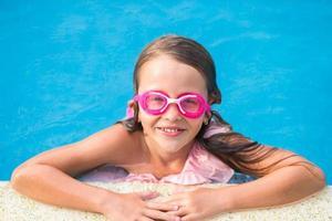 garota de óculos na piscina foto
