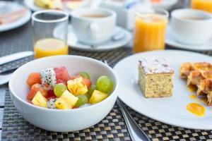 tigela de frutas na mesa do café da manhã