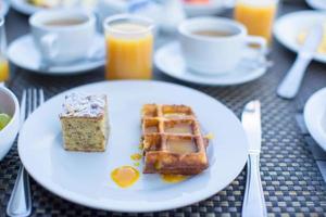 deliciosos waffles e um bolo no prato foto