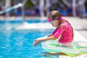 garota se divertindo em uma piscina foto