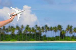 mão segurando um avião de brinquedo foto