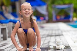 garota feliz perto da piscina