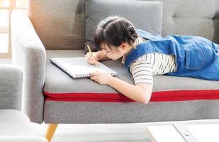 menina asiática desenhando e pintando