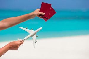 passaportes e um avião de brinquedo foto