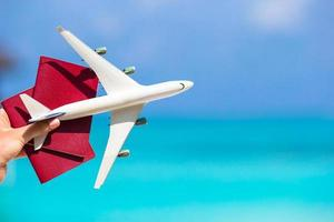 pessoa segurando passaportes e um avião