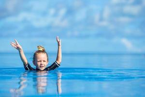 garota se divertindo na água foto