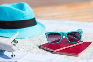 passaportes com chapéu e óculos de sol
