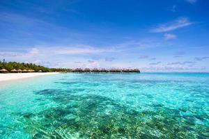 bela praia de areia branca e oceano índico foto