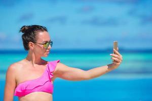 mulher tirando uma selfie com o telefone