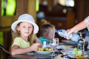 garota jantando em um restaurante ao ar livre