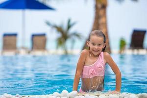 garota pulando da água foto