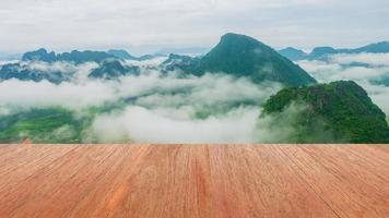 piso de madeira natural, vista da montanha e névoa matinal