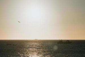 hora de ouro sobre o oceano foto