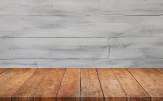 mesa de madeira contra parede de madeira cinza