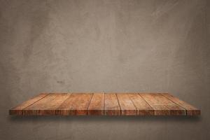 prateleira de madeira no fundo de concreto foto