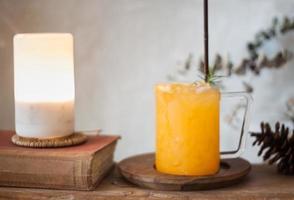 suco de laranja gelado na mesa de madeira