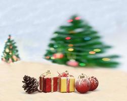 cena de natal com árvore desfocada e fundo de luzes bokeh foto