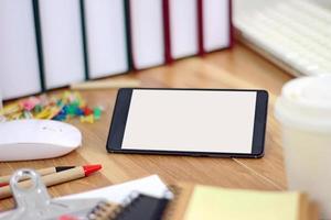 espaço de trabalho com smartphone e equipamento de escritório foto