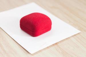 caixa de anel vermelho em uma mesa foto