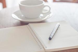 caderno e caneta em um café foto