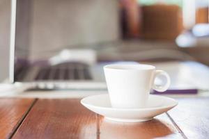 xícara de café em uma estação de trabalho foto