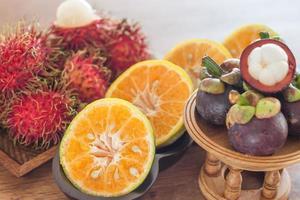 frutas tropicais em uma mesa de madeira foto
