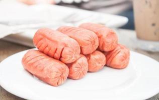salsichas em um prato branco foto
