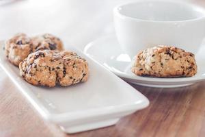 xícara de café e biscoitos de nozes