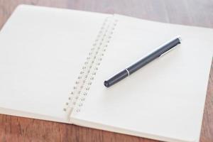 caneta em um caderno espiral foto