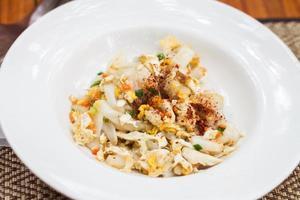 close-up de macarrão frito com camarão