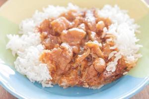 carne de porco mexida com molho de arroz no topo foto