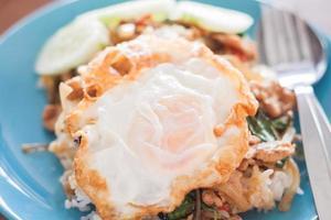 arroz frito com manjericão com porco e ovo frito