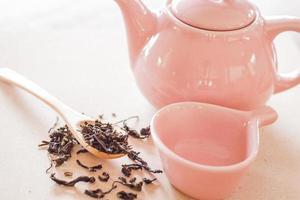 chá seco com uma jarra de cerâmica
