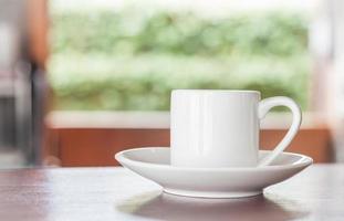 copo branco em uma mesa foto