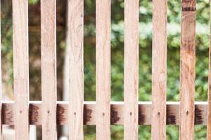 cerca de madeira do lado de fora foto